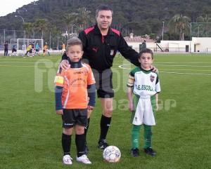 El colegiado Juan Alzamora con los capitanes