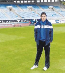 Efrén Fernández, en el césped del estadio de Anoeta