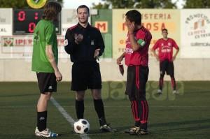 El colegiado Villanueva sorteando el campo con los capitanes