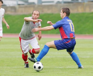David De Pablos intenta regatear a un jugador del Gavà en un lance del encuentro de ayer