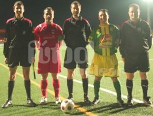 El arbitro con los asistentes y capitanes del partido