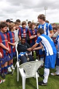 Los jugadores del Español entregando la camiseta al jugador.