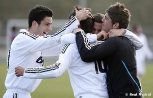 Los compañeros abrazan a Salinas tras uno de los goles.