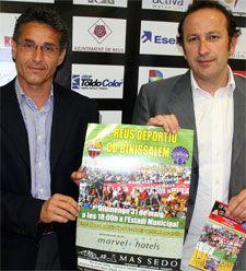 Els directius del CF Reus Cristóbal Simón -esquerra- i Joan Martos mostren el cartell del partit davant el Binissalem, al que es podrà assistir per només cinc euros