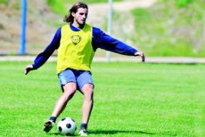 Gonzalo golpea el balón, ayer en el ensayo en El Requexón. Foto:SEMEYAPRESS
