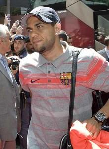 Dani Alves el pasado martes a su llegada a Roma, aunque no pudo disputar la final por estar sancionado. FOTO: REUTERS