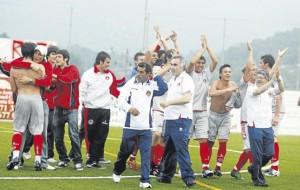 Los jugadores del Eivissa festejaron ayer el ascenso a la Liga Nacional Juvenil.  JUAN A. RIERA
