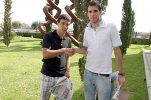 Dani (i) y ´Labi´ se estrechan la mano, ayer en las instalaciones de Diario de Ibiza.