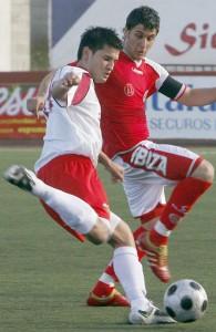 Imagen del encuentro de la primera vuelta que jugaron Eivissa y Sant Carles en Can Misses.  MOISÉS COPA