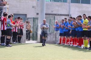 Los dos equipos han hecho el paseillo a Vicente Daza al entrar al terreno de juego.