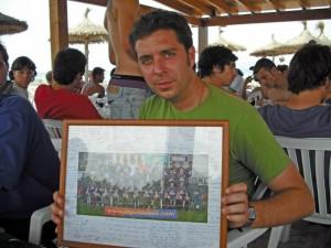 Miguel Ángel con la foto que le regalaron los jugadores