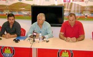 Pedro Ortega, en el centro junto al vicepresidente, Pepe Verdera (i) y el tesorero Óscar Roselló g. l. s
