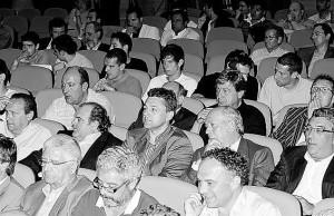 En la segunda fila, de derecha a izquierda, los representantes del Oviedo, Alberto González, Dámaso Bances, José Manuel Martínez, Juan Mata y Juan Carlos Martínez.