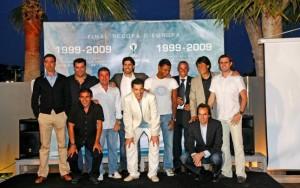 La mayoría de los futbolistas que formaron el equipo que jugó la final de la Recopa, reunidos en un restaurante de Portals.  Foto: B. Ramon