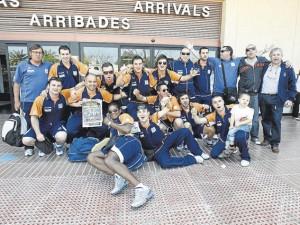 Los jugadores del Gasifred festejaron eufóricos el ascenso a Plata a su llegada ayer al aeropuerto de Eivissa.  VICENT MARÍ