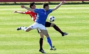 Libo, del Sporting Mahonés, pelea una pelota con un jugador del Mallorca B. Foto: MIQUEL ANGEL CAÑELLAS.
