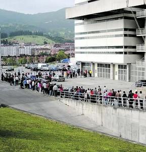 Colas de aficionados en la jornada de ayer en el Carlos Tartiere. pedro pascual / zureda press