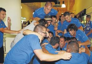 Imagen de las celebraciones del San Rafael por su ascenso a Tercera División en el aeropuerto de Ibiza.  MOISÉS COPA