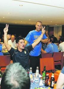 Jorge Rodríguez, en primer término, y Aulestia, detrás, en la cena.  jesús farpón, enviado especial de la nueva españa