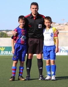 Raúl Martín con los capitanes de los equipos.