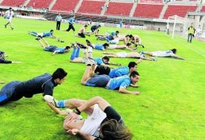 Los jugadores del Oviedo se tiran al césped del Ono Estadi para celebrar el ascenso a Segunda División B. jesús farpón, enviado especial de la nueva españa