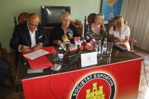 Stina, primero por la izquierda, firma el acuerdo de adquisición del 80% del Eivissa en presencia de Pedro Ortega, Tiziana Schipani y Marina Pérez.  MOISES COPA