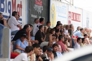 Publico en las gradas de Alcudia viendo un partido