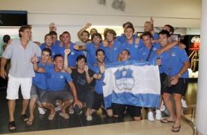 La expedición del San Rafael celebró ayer el ascenso a Tercera División a su llegada al aeropuerto de Ibiza.  MOISÉS COPA