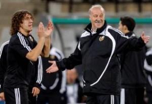 Puyol y Del Bosque durante el entrenamiento de ayer.  Foto: Efe