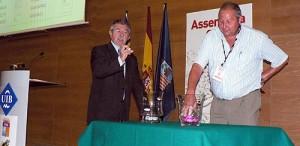 Bernat Picó, presidente del Santanyi colaborando en el sorteo del calendario de Tercera