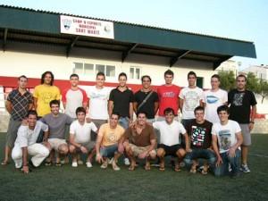 CE Mercadal 2009-10. Dieciséis jugadores tuvieron ayer la primera toma de contacto en Sant Martí y hoy comienzan los entrenamientos