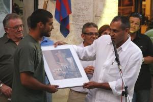 Martí Crespí recibe una litografía de Miguel Molondro