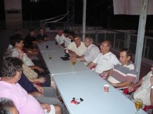 La directiva se reunió en la terraza de la sede social del club. El centro, junto al ordenador, Paco Bonet (i) y Vicente Torres (d).  S.M.C