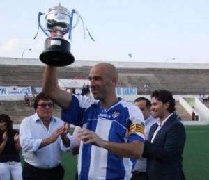Rodri con el trofeo de campeón de liga con el Baleares