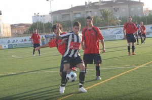 David Mas. El delantero alaiorense pugna un balón ante la presión de los bermellones