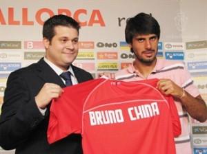 Bruno China junto a Javier Martí Asensio muestra su nueva camiseta