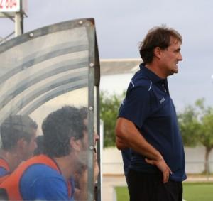 Mario Ormaechea en el banquillo del San Rafael, en Campos.