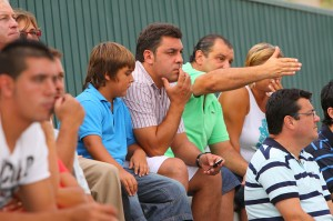 Pedro Mariano en las gradas de Campos observando al San Rafael