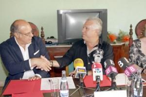 Stinà y Ortega se dan la mano tras sellar el primer acuerdo el pasado 24 de junio que finalmente no ha sido efectivo.  MOISÉS COPA