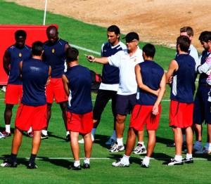 Manzano da una charla a sus jugadores en la sesión de ayer en Son Bibiloni.  Foto: Tooru Shimada