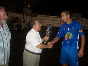 Momento de la entrega del trofeo al Sporting. Foto DM.