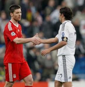 Alonso y Raúl se saludan tras un partido de ´Champions´.  Foto: Efe