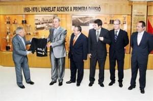 Javier Martí Mingarro y Gabriel Escarrer muestran el pantalón con el logo de Sol Meliá