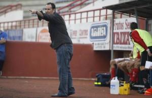 Sergio Tortosa dirigiendo un partido del Eivissa B disputado en el estadio municipal de Can Misses. JUAN A. RIERA