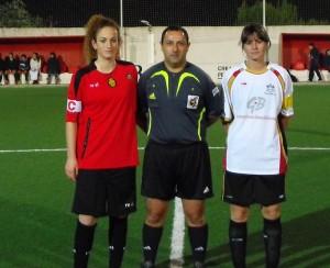 El arbitro con las capitanas del partido