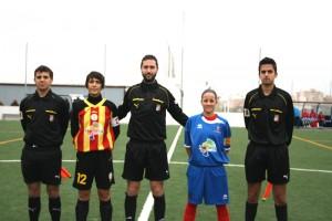 El trío arbitral con las capitanas de ambos equipos