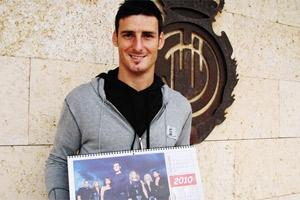 Aritz Aduriz muestra el calendario benéfico en el que él mismo tomó parte