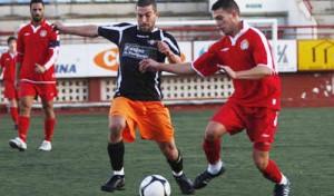 José Luis, a la derecha, jugó el domingo pasado contra la Peña Independiente su último partido con la UD Ibiza Eivissa.  MOISÉS COPA