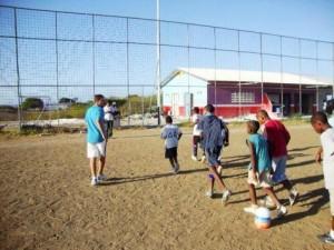 Oliver Mendoza dirige un entrenamiento en la escuela de fútbol de Curazao. 23-03-2010