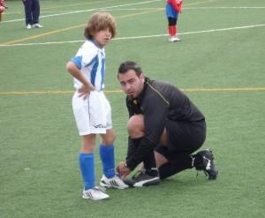 El colegiado con un jugador del At. Baleares
